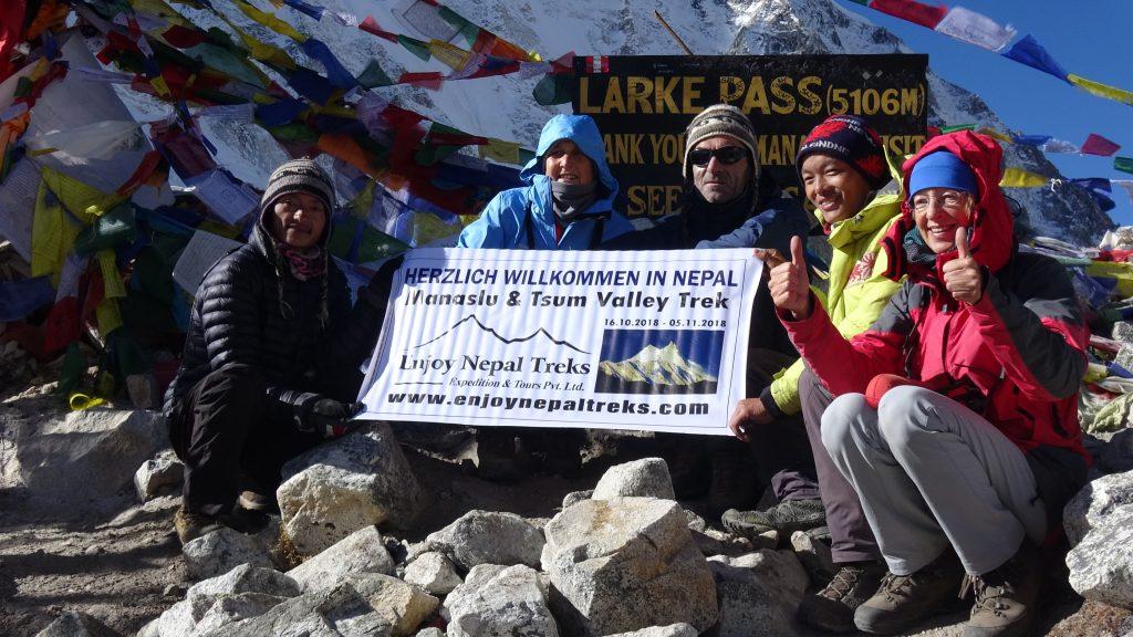 Manaslu trekking nepal porter